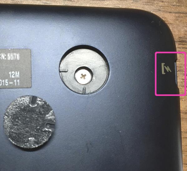 キーボード付きタブレットPC(ASUS t90chi)のゴム足とシールの下にあるネジ
