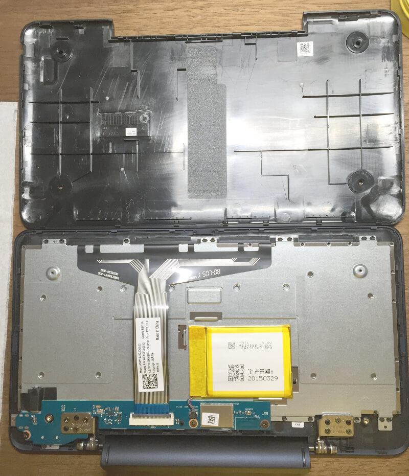 キーボード付きタブレットPC(ASUS t90chi)の裏ぶたを開けたところ