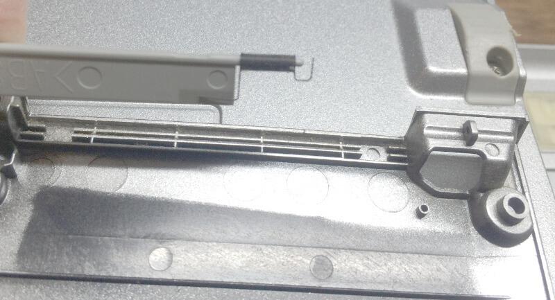 レッツノートS9でPCカードスロット入口フタ部分のバネ
