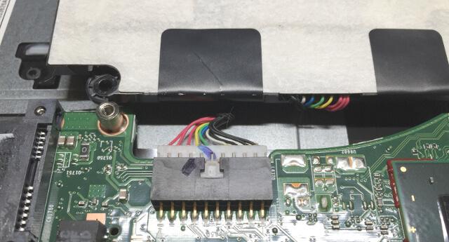 Dynabook T653でバッテリーケーブルを外す