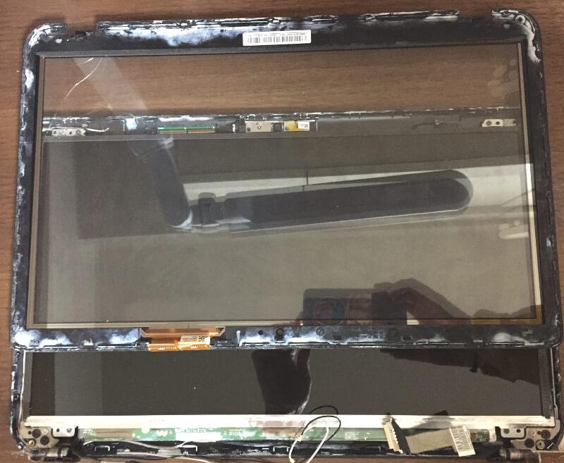 Dynabook T653の液晶モニターの外枠を外したところ