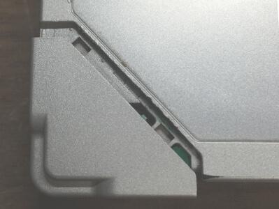 レッツノートCF-R9無線LANのフタにヘラで隙間を作ったところ