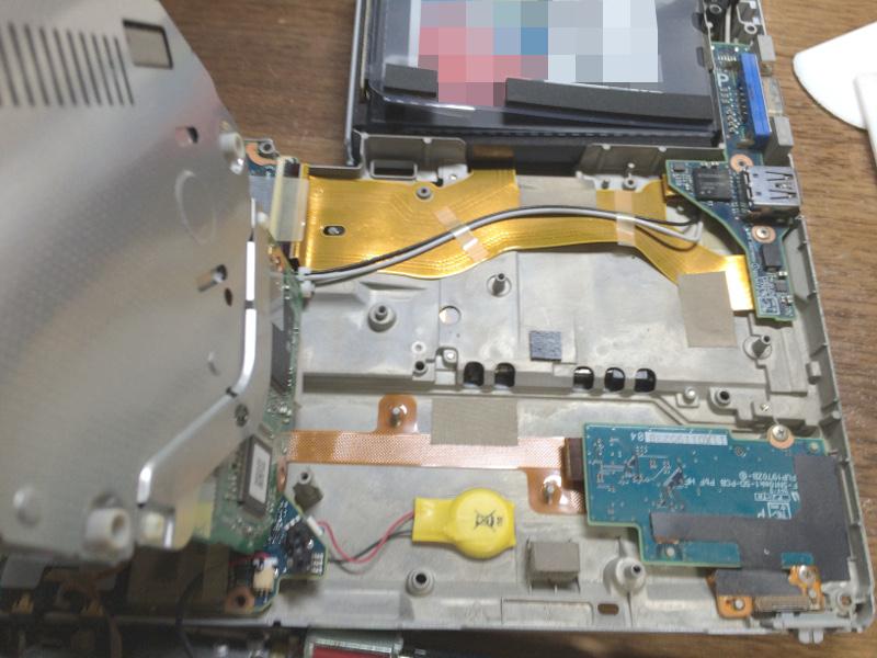 レッツノートCF-S10でDVDドライブを持ち上げたところ