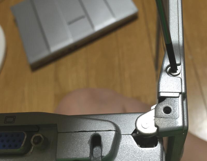 レッツノートCF-S10でモニター側面のネジをはずす