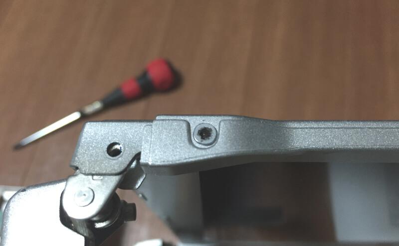 レッツノートCF-S10でモニター枠側面のネジがなめていた