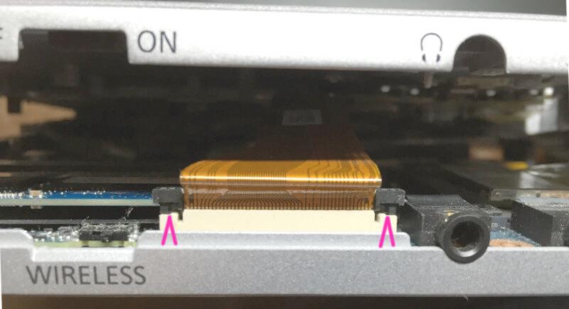 レッツノートNX2の内側ではケーブルが接続