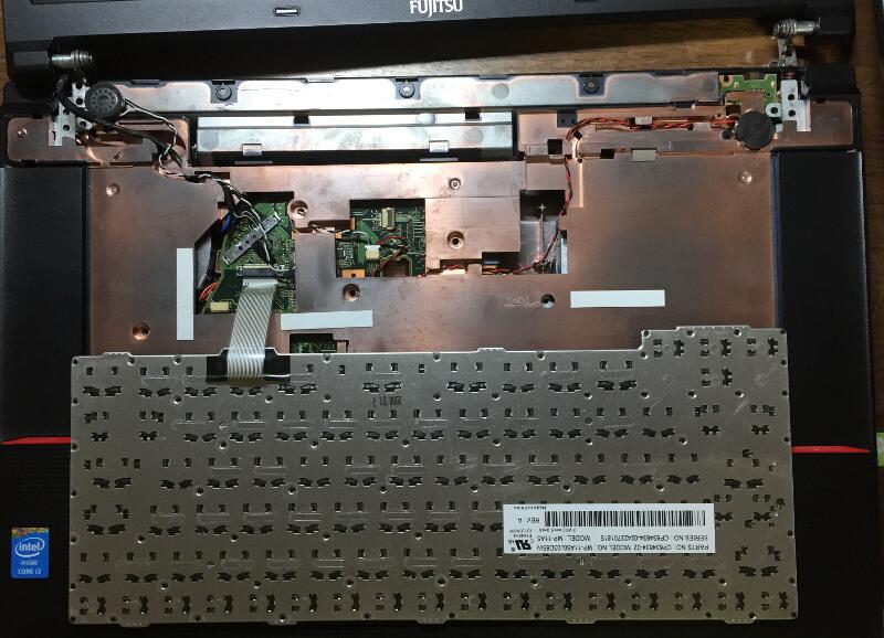 Fujitsu LIFEBOOK「A574/H」のキーボードを載せる
