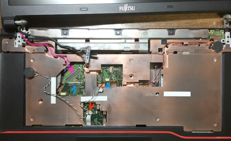 Fujitsu LIFEBOOK「A574/H」のトップカバーを載せる