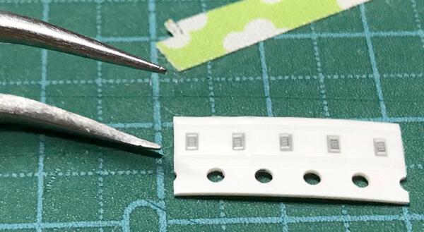 自作キーボードminiaxeの抵抗とコンデンサは非常に小さく蚤サイズ