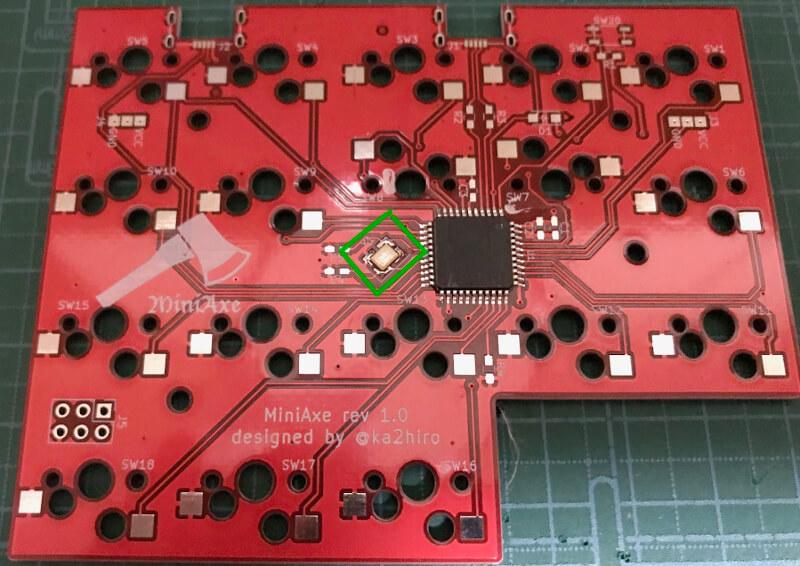 自作キーボードminiaxe製作で、水晶発振子をはんだ付け