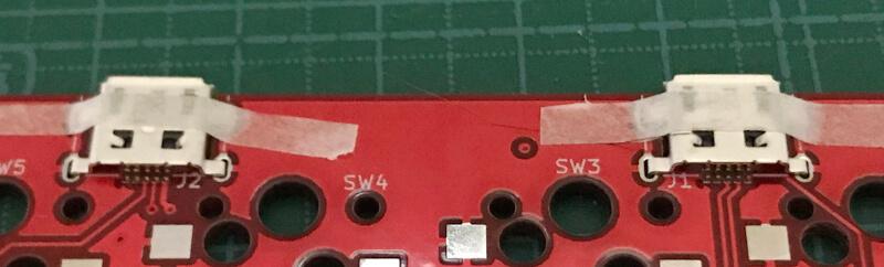 自作キーボードminiaxe製作で、USBコネクタをテープで仮止め