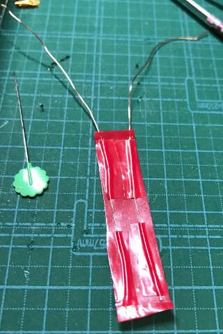 Mint60のProMicroの下に絶縁テープをくぐらせる