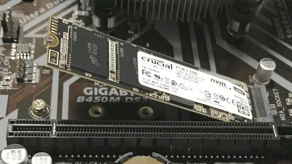 M.2のSSDをマザーボードに差し込んだところ