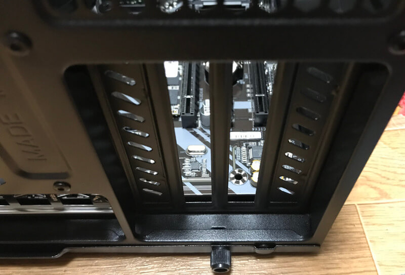 PCケースから使う部分の拡張スロットのフタを外す