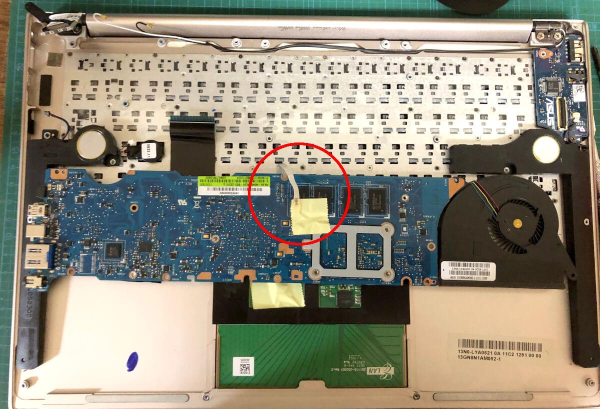 ASUSのノートパソコン「UltraBook UX31E」の中を分解してマザーボードをひっくり返したところ