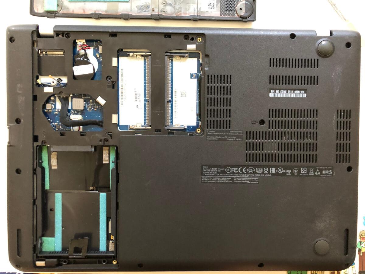 lenovoのノートパソコンThinkPadのEdge E460の裏ブタを開けたところ