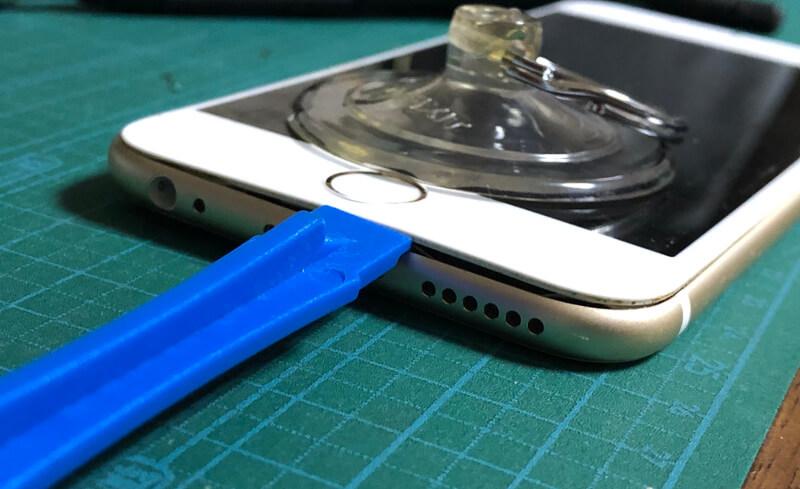 iPhone6sバッテリー交換で吸盤を取り付けてフタを開ける