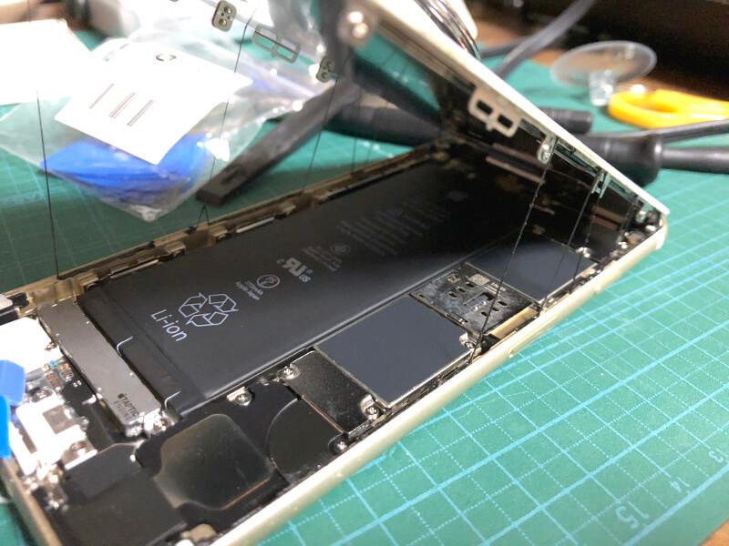 iPhone6sバッテリー交換でフタを開ける