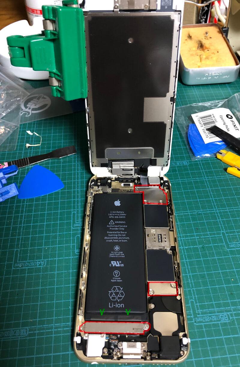 iPhone6sバッテリー交換でフタを開けたところとネジを外す場所