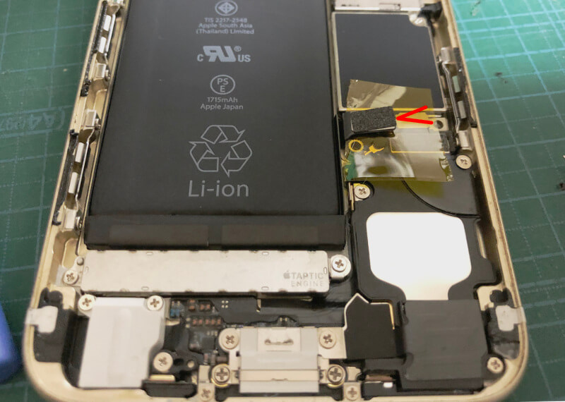 iPhone6sバッテリー交換でバッテリーケーブルを外す