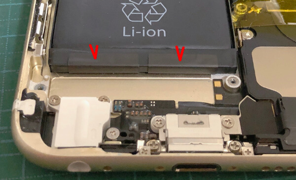 iPhone6sバッテリー交換でバッテリーを本体から引き剥がす