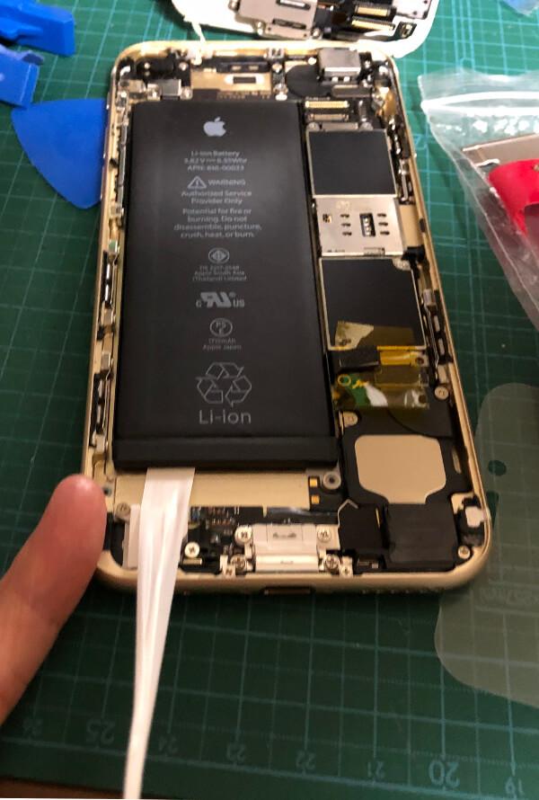 iPhone6sバッテリー交換でバッテリーのテープを剥がす