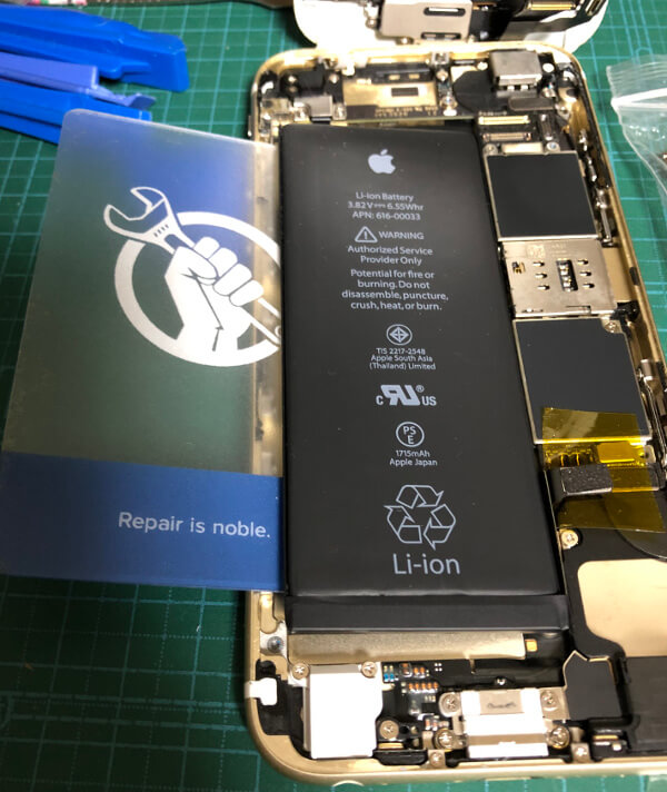 iPhone6sバッテリー交換で古いバッテリーを取る