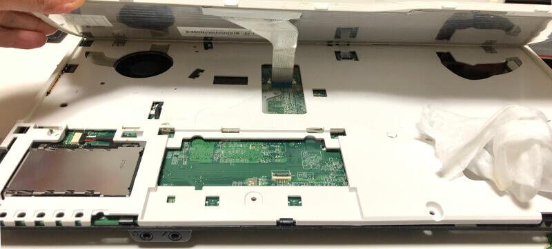 富士通のノートパソコンLifebookのAH47のキーボード下ケーブル接続箇所