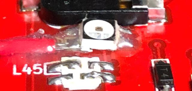剥がれたVDDのパッドとSK6812MINI(LED)のパッドの間にジャンパー線を差し込む